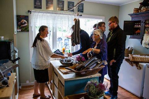 UTVIDER: Viltbutikken Valdres Vilt åpner nå en filial på Fagernes. Her betjener Marit Espeset kunder under åpningen av butikken i Ulnes i 2019.