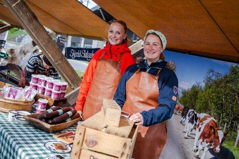 GJENGANGERE: Stine Bolstadbråten og Anna Karoline Ness fra Strandmo Stølsysteri i Nord-Aurdal er på festivalen for 3. gang.