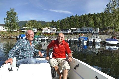 Tom Kristiansen og Svein Henriksen har båt liggende ved brygga på campingplassen og er stadig ute og fisker. De er tydelig stolte av stedet de har valgt å tilbringe pensjonisttilværelsen og skryter hemningsløst av både Valdres, Aurdal fjordcamping og vertskapet.