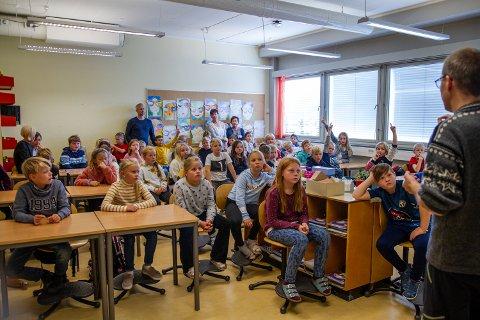 Fremtidige miljøkunstnere: Alexander Meyer orienterer 4. klassingene ved Nord-Aurdal barneskole (NABS) om prosjektet de skal være veldig involverte i det neste året.