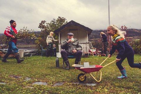 Dugnadsinnsats: «At du bli med på dugnad sjøl om du egentleg ikkji har tid» er noe av det som er mest betegnende for en valdris, sier Heidi Bragerhaug. Her Hasan Katna (t.v.), Kristine Ringsaker Vika, Einar Ringsaker Vika, Magnus Goflebakke, Cathinka Vik og Alma Ringsaker Vika i et stillfoto fra filmen «Ko betyr det egentle å væra frå Valdres?».