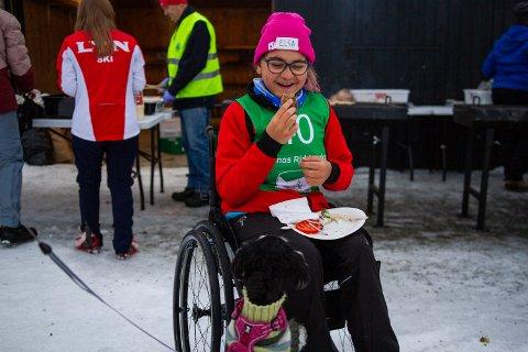 KOS: Det er andre gang Elsa (15) fra Lillehammer deltar på Barnas Ridderuke, men det er ikke andre gangen hun besøker BHSS. Hunden Lulu spør pent om å få smake mer burger.