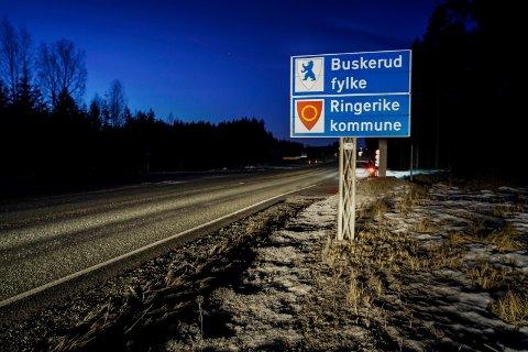 TATT NED: Skiltene som markerer skille mellom Buskerud og Oppland fylke blir borte. Nå tilhører både Ringerike og Jevnaker Viken fylke.