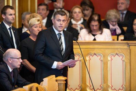 Oslo: Justisminister Jøran Kallmyr (FrP) leser opp beretningen om rikets tilstand. Nå har Kallmyr også svart om politiberedskapen i distriktene.