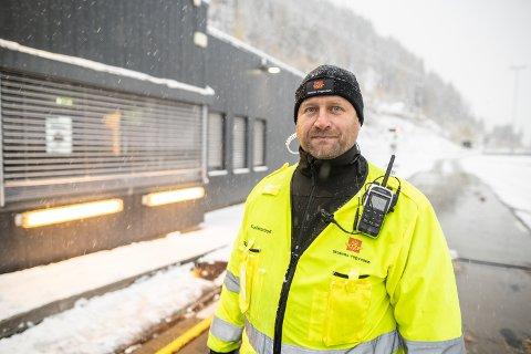 GOD TID PÅ Å FORBEREDE SEG: Kontrollør Ståle Røn mener bilistene i år har fått god tid på å forberede seg på den første snøen, og at det vises på kontrollresultatene så langt tirsdag.