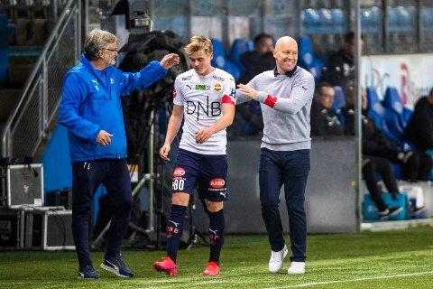 GODKJENT DEBUT: SIF-trener Henrik Pedersen (t.h.) var fornøyd med debutanten Andreas Nyhagen mot Molde på Aker Stadion. Her får Andreas et klapp på skuldra i det han blir byttet ut. Til venstre: SIF-oppmann Terje Lysthaug.