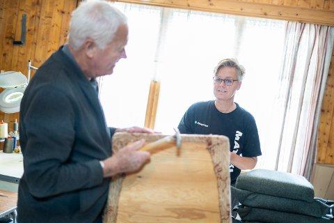 GODKJENT: Jan Slette er svært fornøyd med jobben som Laila Tvenge har gjort med å friske opp stolen han selv laget på hybelen sin på begynnelsen av 60-tallet.