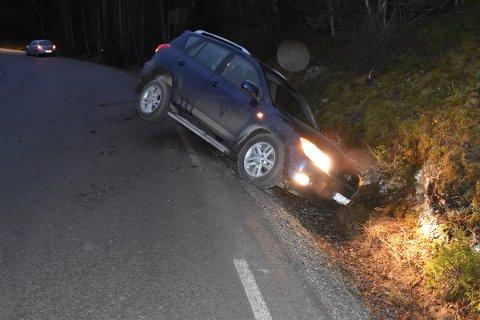 Dype grøfta: Grøftene er dype blitt også på fylkesveg 2476 og det betyr at det fort kan gå ille når man havner utfor vegbanen slik som denne bilen som gikk i grøfta tirsdag morgen mellom Holden og Skrøviken på fylkesveg 2476.