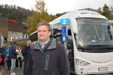 Valdresekspressen står bom fast med to busser, sier Helge  Kvame.