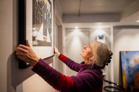 OPP PÅ VEGGEN: Valdres-kunstner Eva Laila Hilsen holder nok en gang separatutstilling. Denne gangen som «martnskunstner» på Tretten. Her heime i sitt eget galleri på Fagernes.