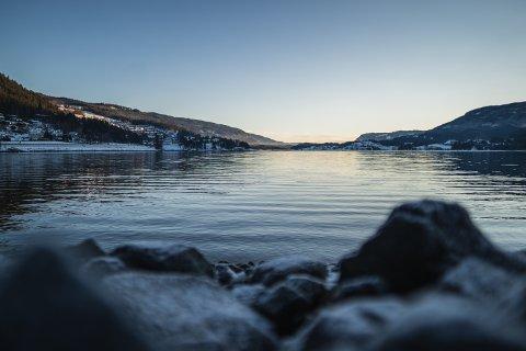 LILLE JULAFTEN: Strandefjorden lille julaften. Klokken er bare rundt 11:30, men sola er allerede bak åsen. Like klart blir det julaften, skal man tro værvarselet.
