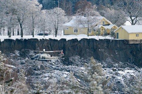 Nødetatene er i Ask i Gjerdrum kommune etter at det gikk et større jord- og leirskred onsdag. Flere boliger er tatt av raset og flere er fortsatt savnet.