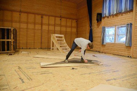 BYGGJER: Nytt golv og nye element - Olav Bøland byggjer sykkel- og skatehall i Øye.