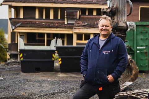 VIL FORTSATT BYGGE: Erik Martin Berge ser seg nødt til å skrinlegge planene om å bygge utleieboliger ved gamle Røn skule i år, men har et håp om å kunne begynne oppføringen neste år.
