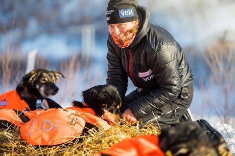 OMSORG: Marit Beate Kasin stilte med mange unge hunder i spannet i årets Femundløp, og disse trengte litt mer kvile enn hva Kasin hadde håpet på før løpet.