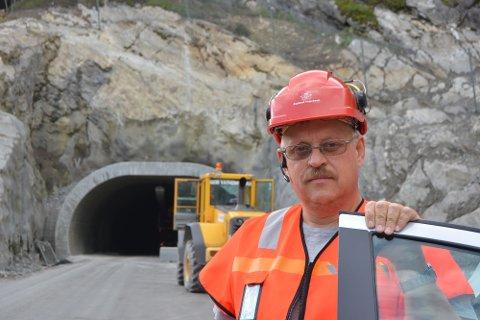 Tunnelen: Byggeleder Lage Bakken i Statens vegvesen foran tunnelåpningen til Bagnskleivtunnelen.
