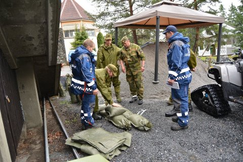 Flom: Mannskaper fra Sivilforsvaret og HV hadde full jobb med å fylle sandsekker i Fagernes i 2013. Nå kan deres tjenester være ønsket igjen.    Arkivfoto: Bjørn Karsrud