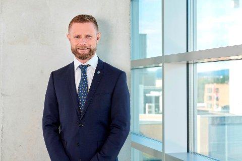 Opnar opp: Helse- og omsorgsminister Bent Høie opnar for offentlege arrangement med opp til 50 personar.