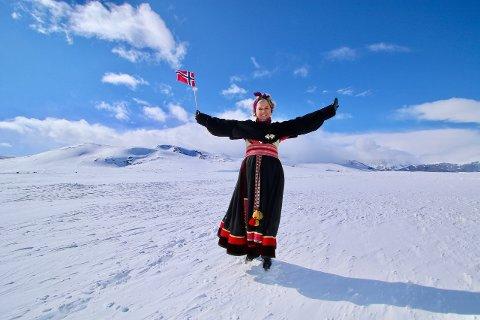 Feststemning på Flye: Tone Greni flagger på Flye i sin nye festdrakt, som akkurat rakk å bli klar for bruk til nasjonaldagen.