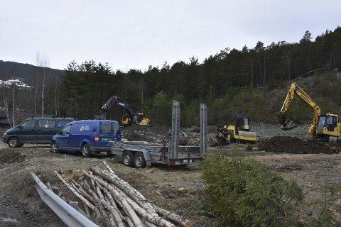 Full aktivitet: Denne veka har to maskiner frå Vang Maskin vore i sving på den komande riggtomta i Ryfoss som ligg eit steinkast frå YX-stasjonen til Øraker og Jokerbutikken.