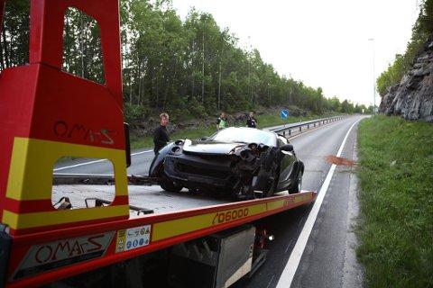 TRAFIKKULYKKE: De to personene som satt i bilen ble ikke alvorlig skadet. Politiet har foreløpig ingen opplysninger om årsaken til ulykken.