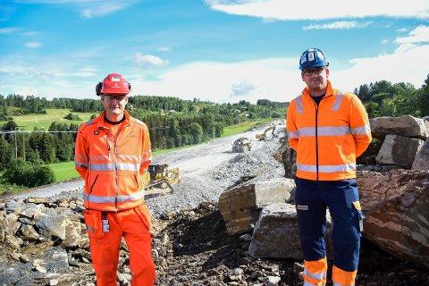 FORNØYD SÅ LANGT: Pål Steinar Karlsen og Ole Petter Jensen kan konstatere at alt går som planlagt hittil på E16-traseen i Jevnaker.