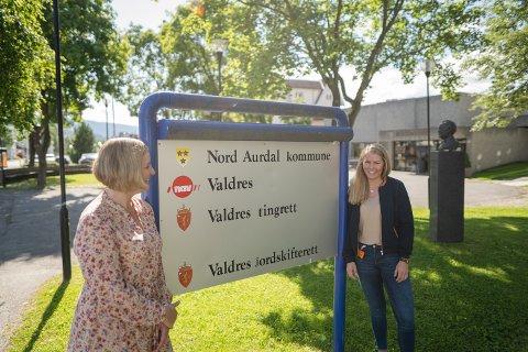 MIDLERTIDIG BLOD: Pernille Storødegård forteller Mari Lauvhaug Rye (t.h) har vist seg selvstendig, framoverlent og motivert for jobben hun nå har landet som veileder hos NAV.