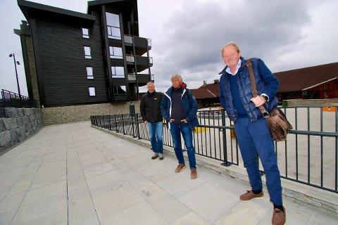 FORNØYDE KARER: Direktør i Beitostølen Resort, Atle Hovi, som også er medeier av Beitostølen Invest (f.v.), daglig leder i Beitostølen Invest, Terje Fahre, og eiendomsmegler og partner Anders Lysholm, Dyve&Partnere, som har salgsansvaret av Riddertunet, kan smile hele vegen til banken etter forrige ukes leilighetssalg.