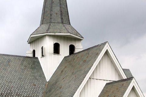 VANNLØST: Problemer med vannpumpa gjør at det ikke er vann på tomta til Ulnes kirke. Det blir satt opp en vanningstank for vedlikehold av planteliv, men toalettbesøket må du gjøre i forveien.