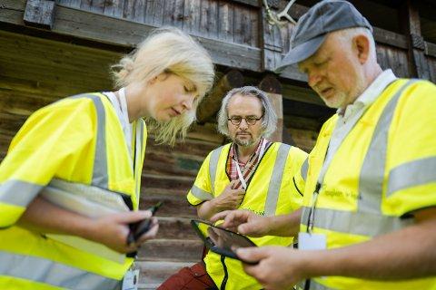 REGISTRATORER: Kristin Søndersrød Ose, Anders Selboe Bjørlykke og Harald Tallaksen reiser i disse dager rundt i Nord-Aurdal for å fotografere eldre bygninger.