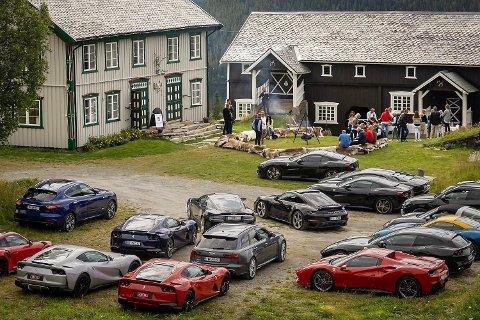 Porsche, Lamborghini, Ferrari og Maserati i skjønn forening på Eker gård.