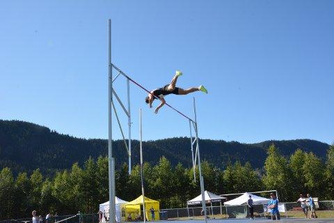 Høgt i lufta: Martin Roe svingte seg over 4,80 i stav og vart norsk meister i 10-kamp for fjerde gong etter ein solid avsluttande 1500 meter.