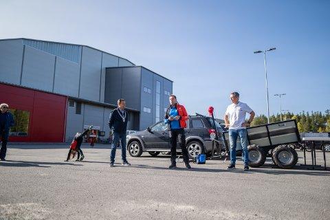 ÅPNING: Knut Arne Fjelltun, Ole Christian Nymoen og Jon-Hroar Nordstrøm åpnet turløypa utenfor Valdres Storhall lørdag.
