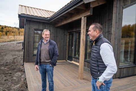 INNLANDET FJELLHYTTER: Snart er den første hytta salgsklar, og det markerer starten for Innlandet Fjellhytter AS, her representert ved Tor Erik Ranheim og Olav Qvale.
