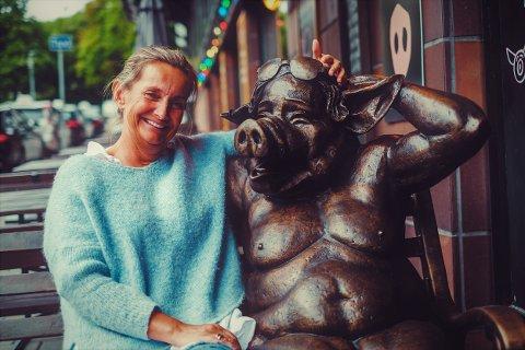 Ble flott: Kjellaug Brenden Hegbom (52) fra Robølsbygda i Øystre Slidre er fornøyd med skulpturen, som er skapt av fotograf og multikunstner Bård Gundersen.