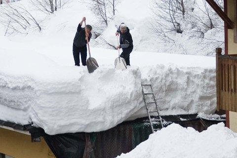 Eiers ansvar: Etter det siste snøfallet anbefales det å ta en titt på taket for de som har fritidseiendommer eller boliger i høgereliggende strøk, der vinden kan skape en skjevfordeling i tyngden.