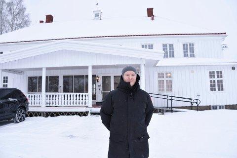 FERSK EIER: Harald Martinsen og kona Shadab Khan har kjøpt Bjørkhol i Furnes og overtok formelt eiendommen før jul.