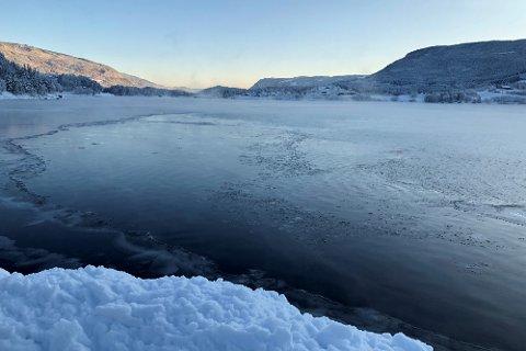 ISKANTEN: Midt på dagen tirsdag var det fortsatt noe åpent vatn på Strandefjorden. Bildet er tatt fra Tingnesodden retning Leira.
