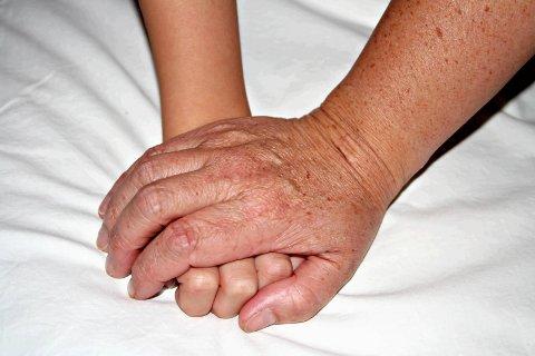 Savn: Det tar om lag to uker etter andre dose før vaksinen har full effekt. Hjemmeboende eldre som er fullvaksinert kan ha fysisk kontakt med andre vaksinerte personer.