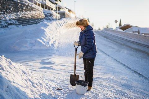 DAGENS ANDRE TUR: Anne Grethe Kolstø må iblant ta to turer til skolen om morgenen. Den ene turen for å følge barnebarnet, den andre for å rydde opp hundemøkka hun så på den første turen.