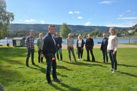 Styringsgruppa for omstillingsprosjektet hadde sitt første møte i september i fjor. Ordfører Knut Arne Fjelltun og prosjektleder Berit Laastad fremst.