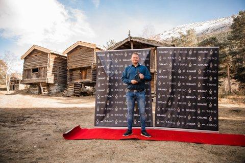 Uvanlig syn: I koronatider driver Spellemannprisen oppsøkende virksomhet. Her står Mads Erik Odde  på rød løper på tunet med sin nyerverva bronseharpe.