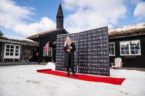 I hjembygda: Den ferske Spellemannpris-vinneren avbilda med bronseharpa på rød løper ved Danebu i Aurdal.