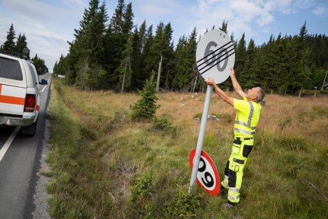 TILBAKE TIL 60: Odd Arvid Bøen i Tisleidalen høsten 2020 for å sette opp fartsgrensen fra 60 til 80. Mandag ble opphevelsesskiltet tatt ned og erstattet med 60-skilt igjen.
