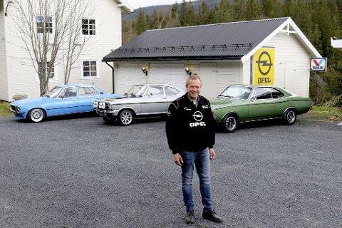 Klenodier: Ole Bjørn Fløgum foran den Blå Opel Commodore B, 2,5 s fra 1978, den Grå Opel kadett B 1900 Rallye fra 1968 og den grønne Opel Rekord 1900 Sprint fra 1970.