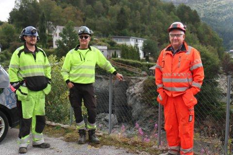 I FULL GANG: Jan Arild Langeid, prosjektleiar i AG Tunnel AS, Per Olav Aasen, anleggsleiar i same firma, og byggeleiar Eirik Markeset i Statens vegvesen.