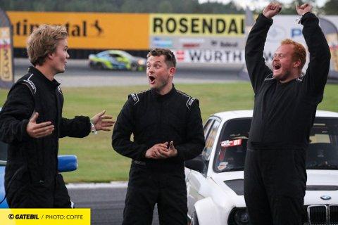 OVERRASKET: Sjåførene kan nesten ikke tro det de hører når de blir utropt som vinnere av årets Gatebil Super 3 på Rudskogen. Fra venstre Jonathan Øraker, Oskar Betten og Robin Bullen.