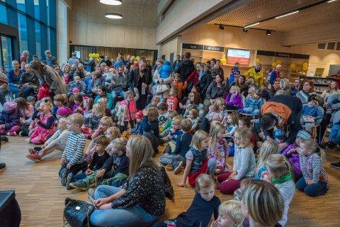 STAPPFULLT: Forfatter Bjørn Rørvik og hans fortellinger om Bukkene Bruse trakk stappfullt hus til åpningen av Litteraturfestivalen lørdag.
