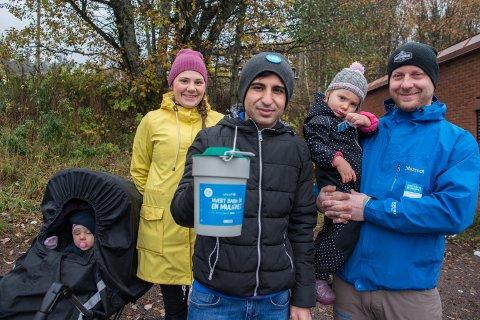 FLYKTNINGER DELTOK: Marius Wahid fra Syria gikk med bøsse på Åneby sammen med en av lærerne på Gnisten, Anders Waalle samt Ina Jerijærvi og barna Olivia (2) og Hedda (4 måneder).