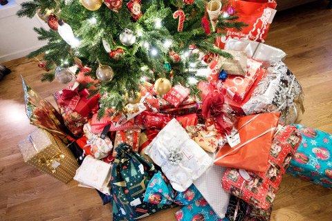 EMBALASJE: Her får du tips og råd til hvordan du skal bli kvitt alt avfallet etter en hyggelig juleaften (Foto: Gorm Kallestad/Scanpix).